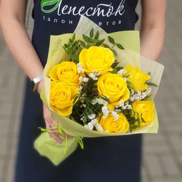 Букетик из 7 желтых роз и лимониума