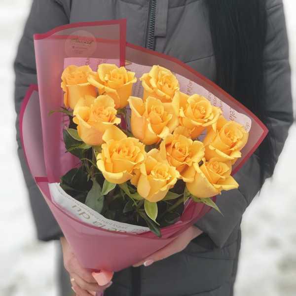 Яркий весенний букет из роз