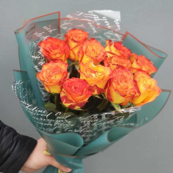 Яркий букетик из 11 роз