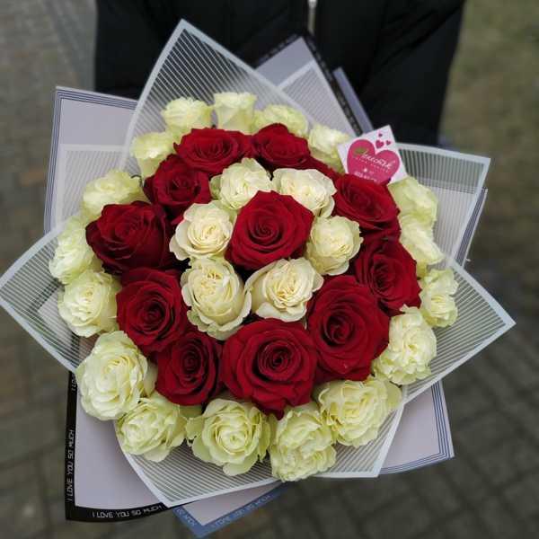 Букетик из 35 роз в стильной упаковке