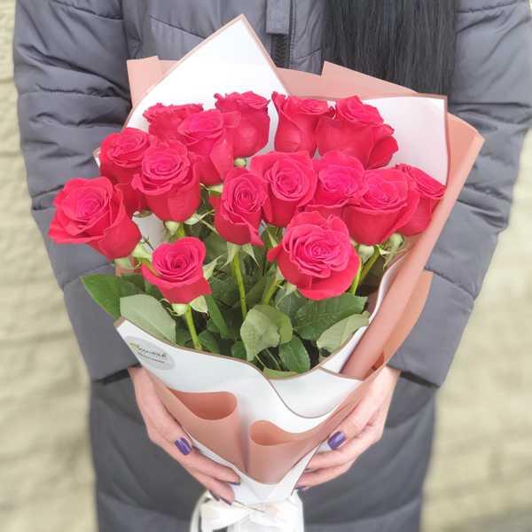 Охапка из 15 шикарных,красных, импортных роз в стильной упаковке