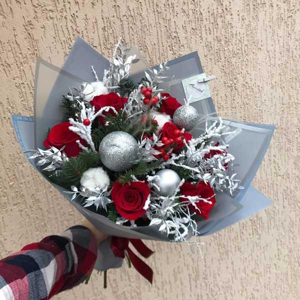 Зимний букет из роз, илекса, серебристого рускуса