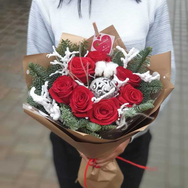 Новогодний букет из нобилиса и красных роз