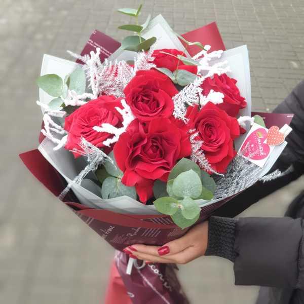 Зимний букетик из красной розы, аспарагуса и вакциниума
