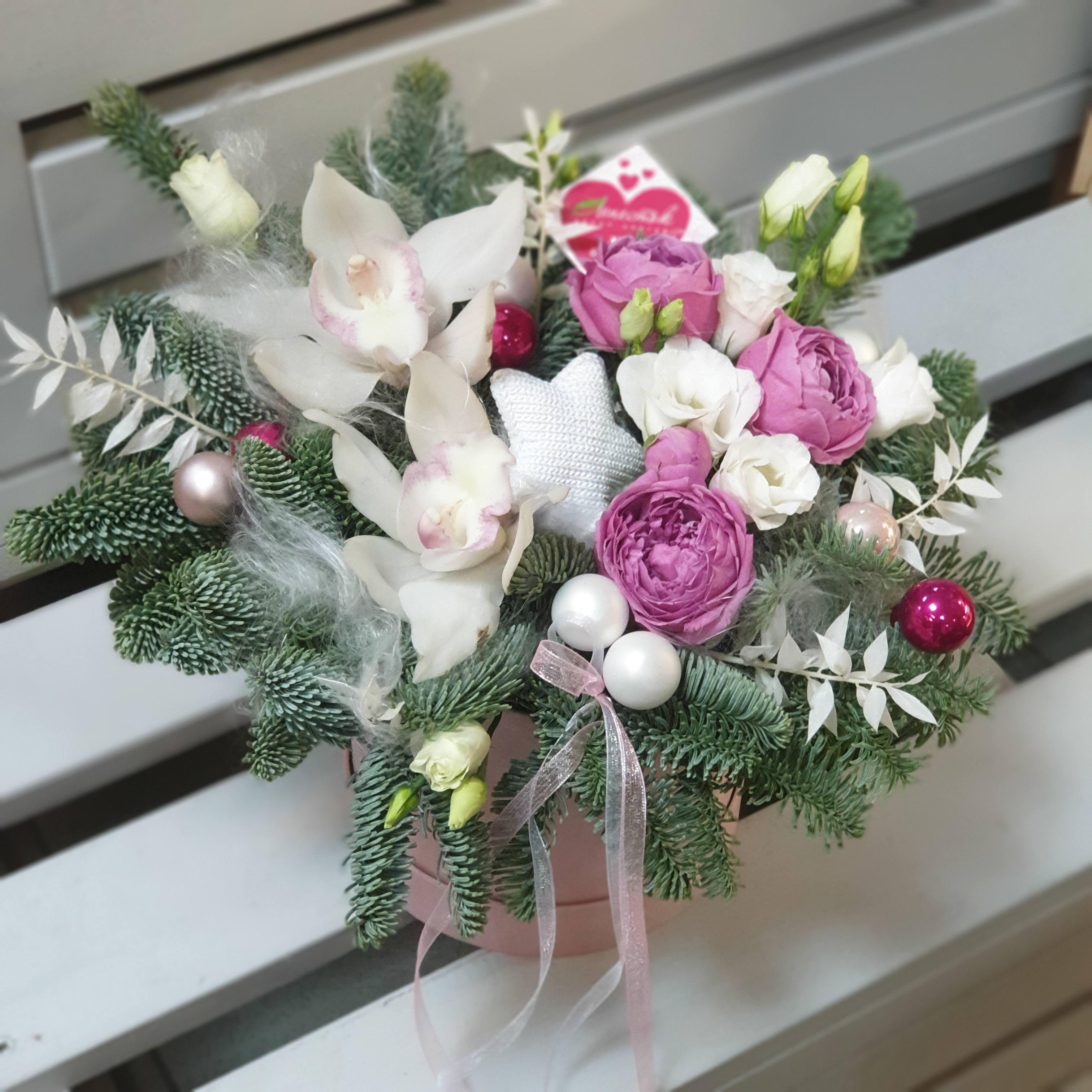 Бархатный цилиндр из пионовидной розы, нобилиса и орхидей
