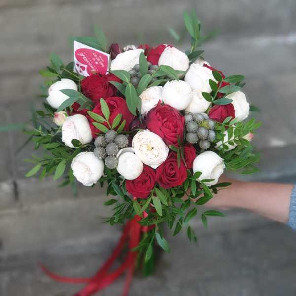 Букет невесты из пионовидных и кустовых роз, брунии