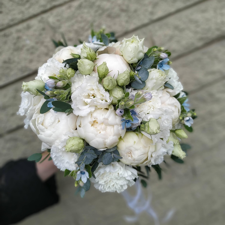 Белоснежный букет невесты из пионов, эустомы, твидии и белой гвоздики