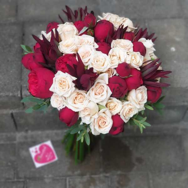 Букет невесты из пионовидной розы Ред Пиано и кустовой розы Жустин