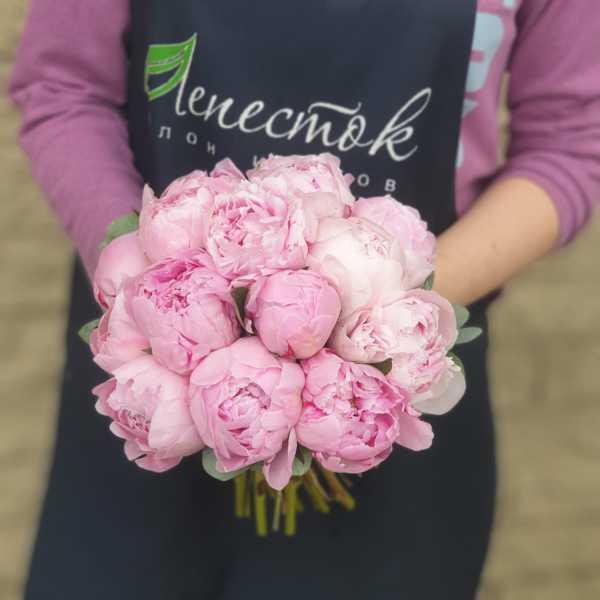 Свадебный букет невесты из розовых пионов