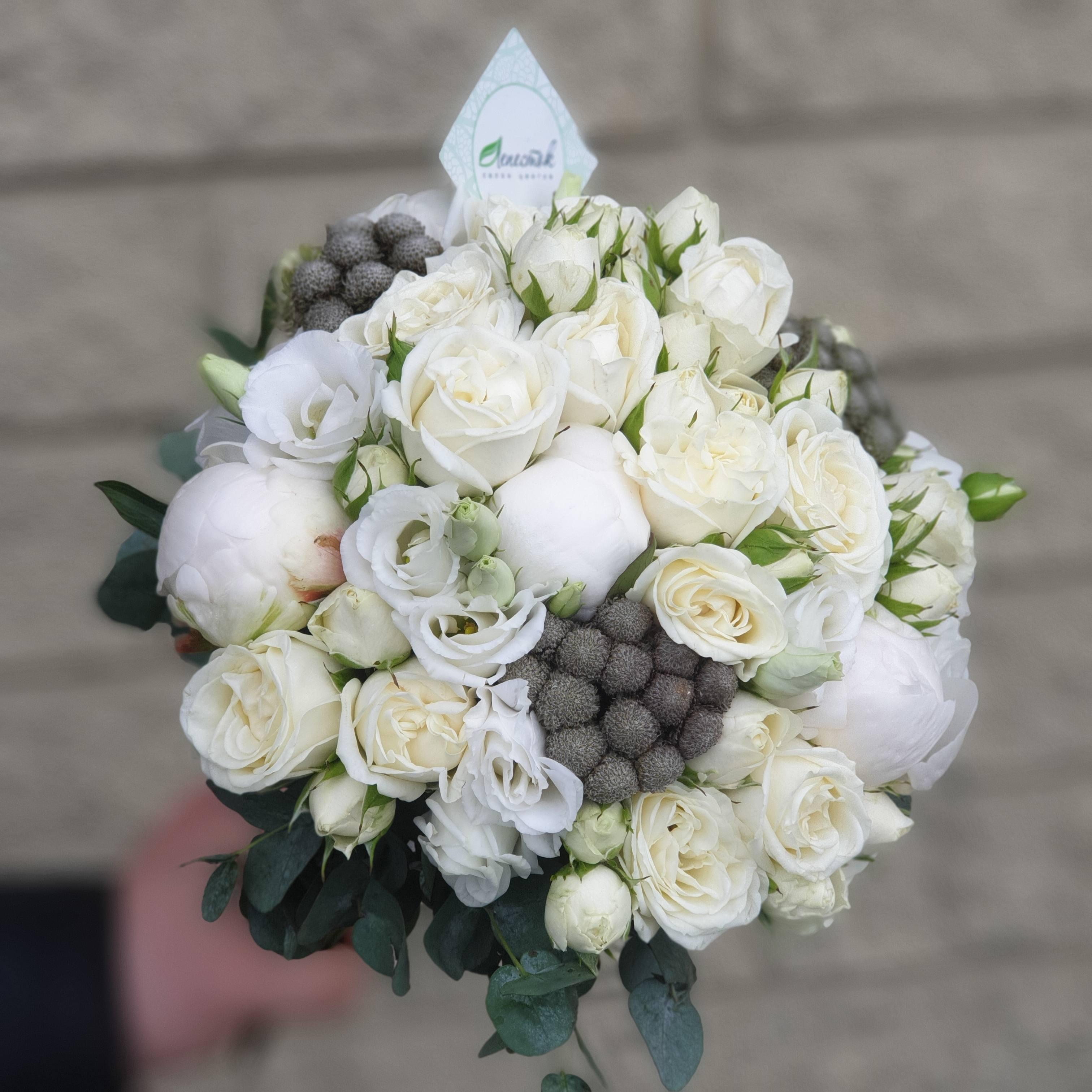 Свадебный букет из пионов, брунии, кустовой розы