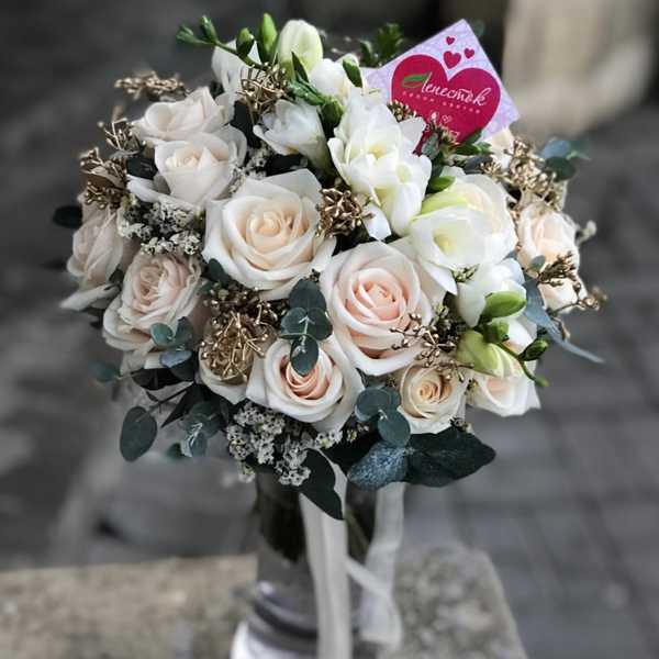 Букет невесты из розы Вендела и фрезии