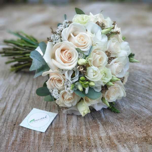 Букет невесты из кремовых роз, эустомы и фрезии