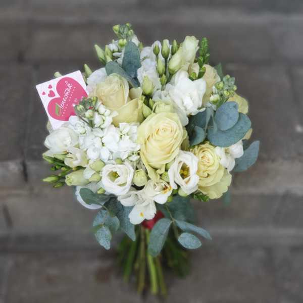 Свадебный букет из роз эустомы, фрезии и маттиолы