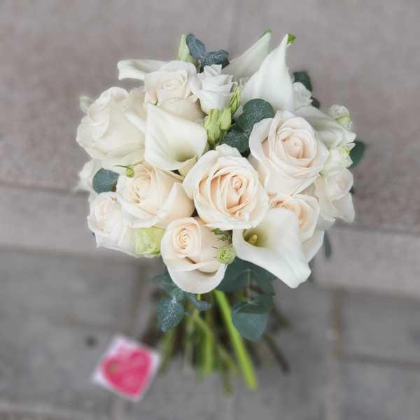 Букет невесты из белых калл и кремовой розы