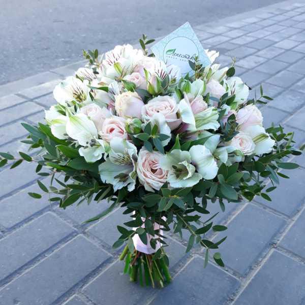 Свадебный букет из кустовых роз и альстромерии