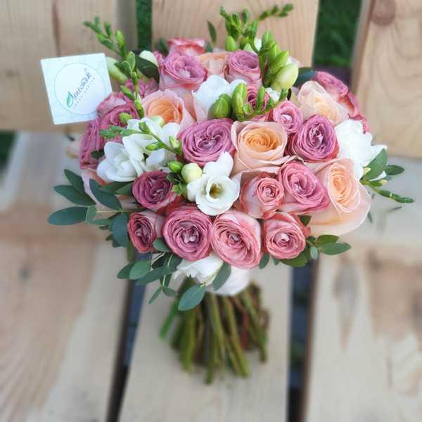 Букет невесты из кустовой розы капучино, фрезии и розы