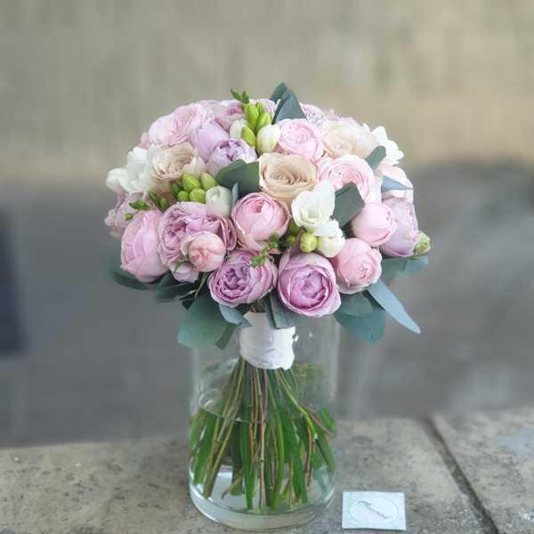 Букет невесты из одноголовых и пионовидных роз и фрезии
