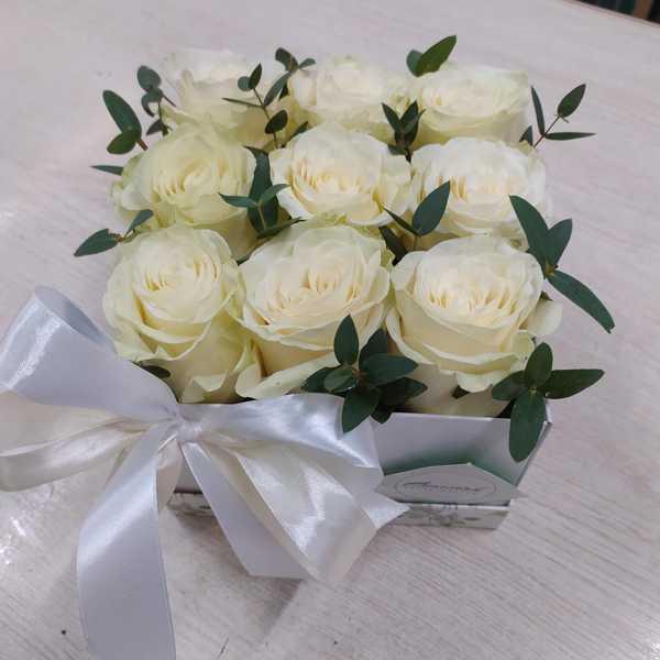 Коробочка из 9 белых роз