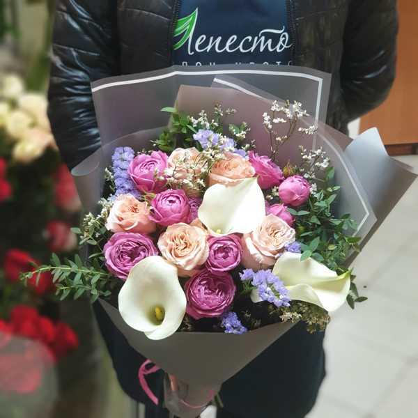 Букет из калл, пионовидных роз и зелени