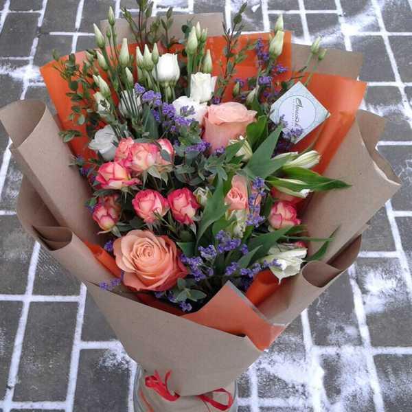 Букетик из кустовой розы и эустомы