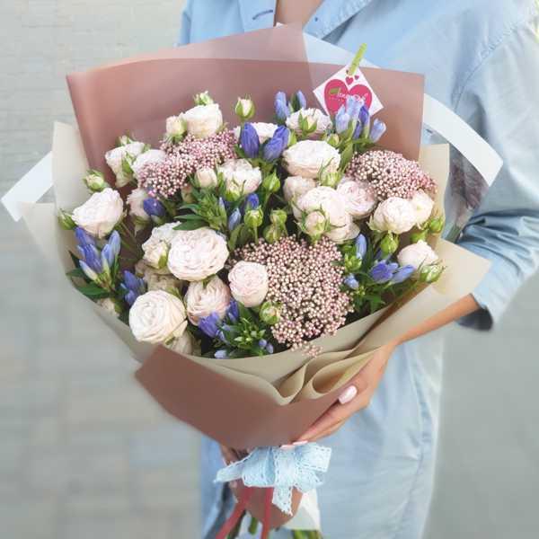 Букет из пионовидной розы Бомбастик, гентианы и розового озотамнуса