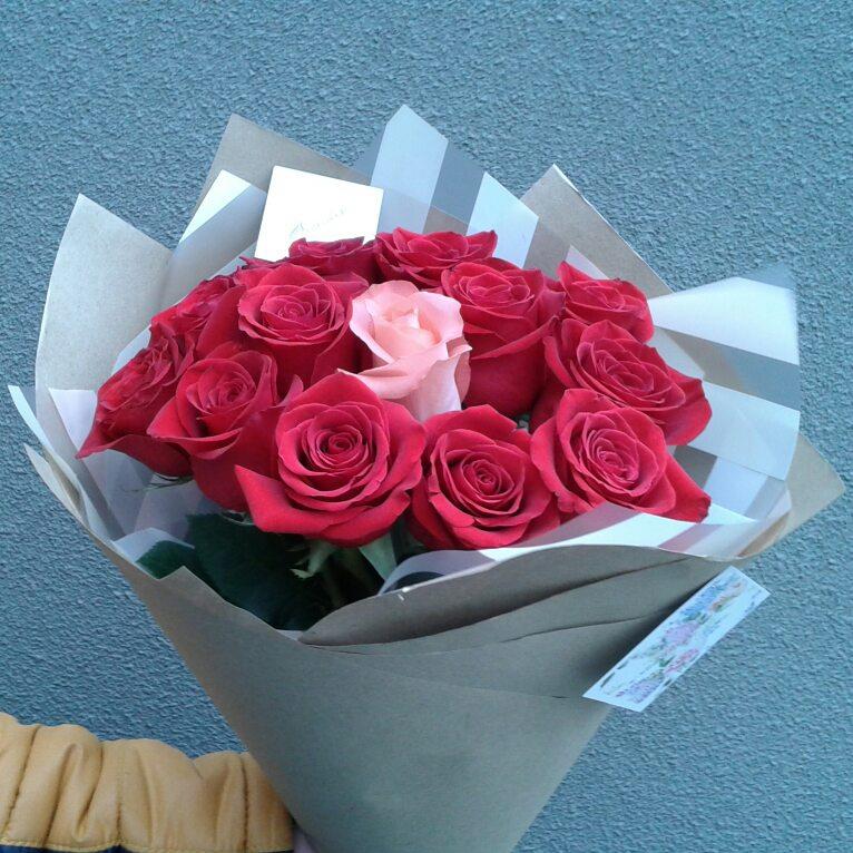 13 импортных роз в упаковке