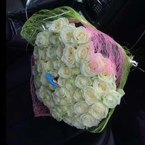 41 белая роза в двухцветной упаковке