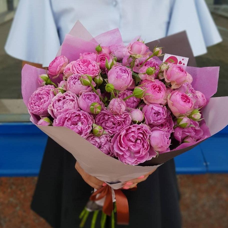 Букет из пионовидных кустовых роз Мисти Баблс и Жизель