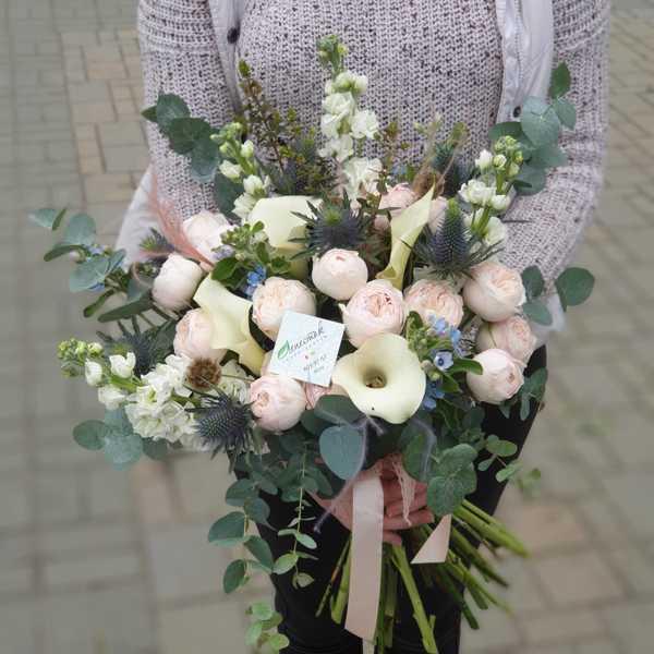 Букет растрепыш из калл, пионовидной розы и эрингиума