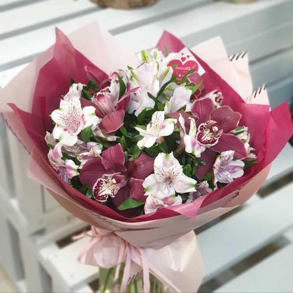 Орхидея цимбидиум и альстромерия в стильном букете