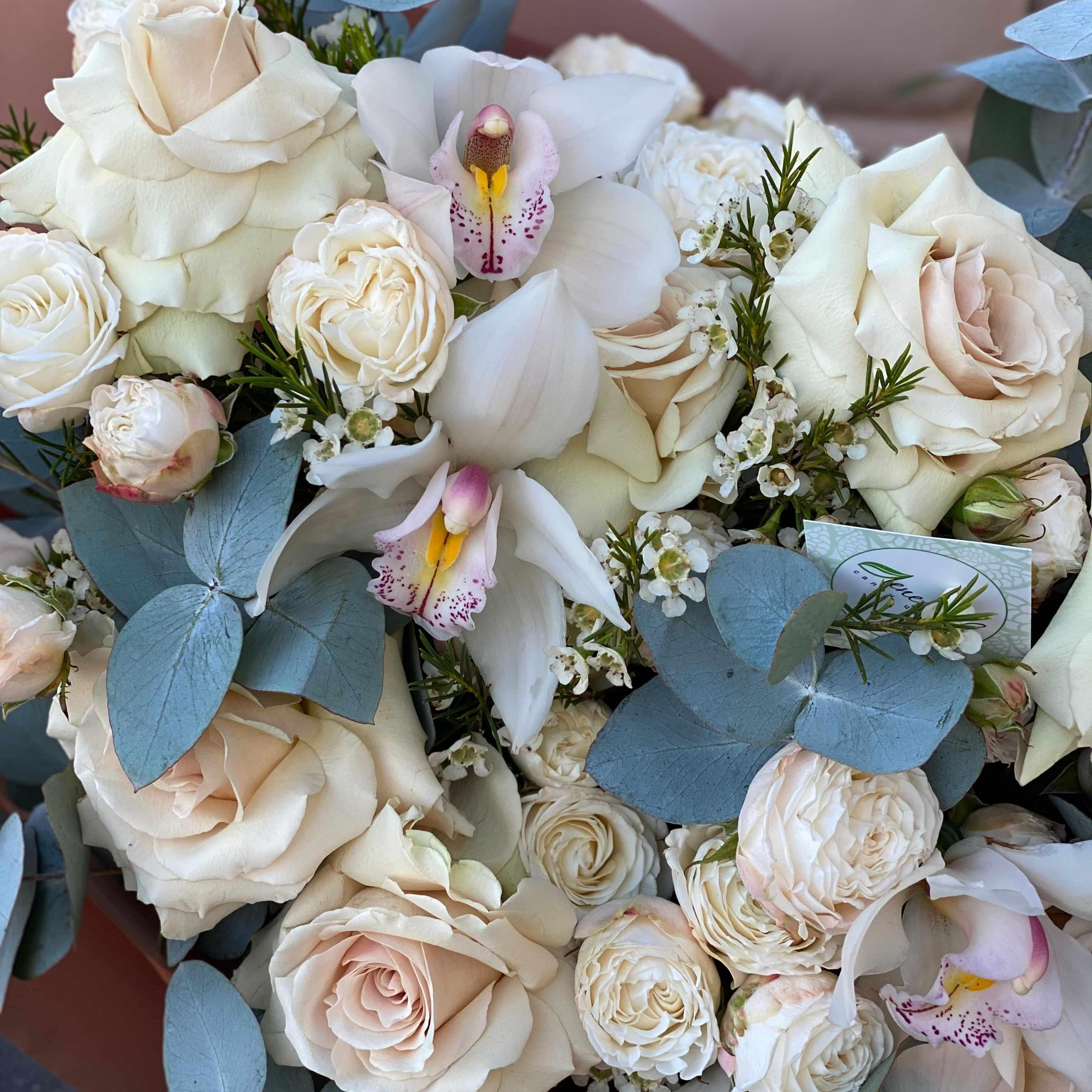 Букет из французских и пионовидных роз, цимбидиума и зелени