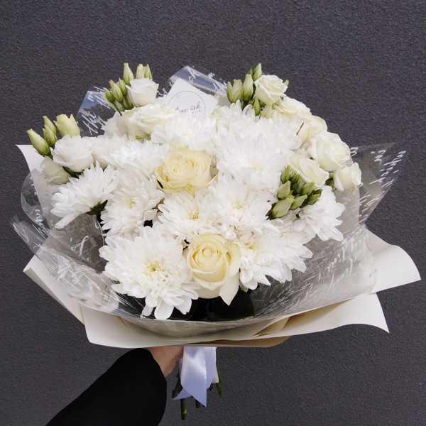 Белоснежный букет их хризантем, роз и эустом