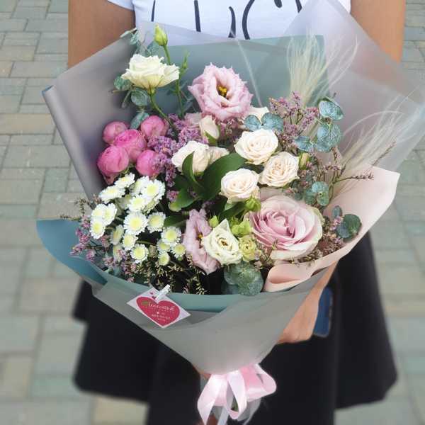 Букет из кустовой и пионовидной розы, эустомы и хризантемы