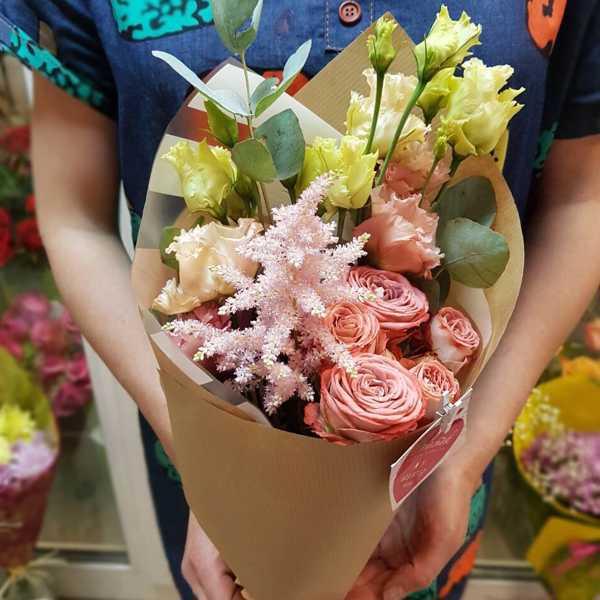 Букет из кустовой розы капучино, астильбы и эустомы