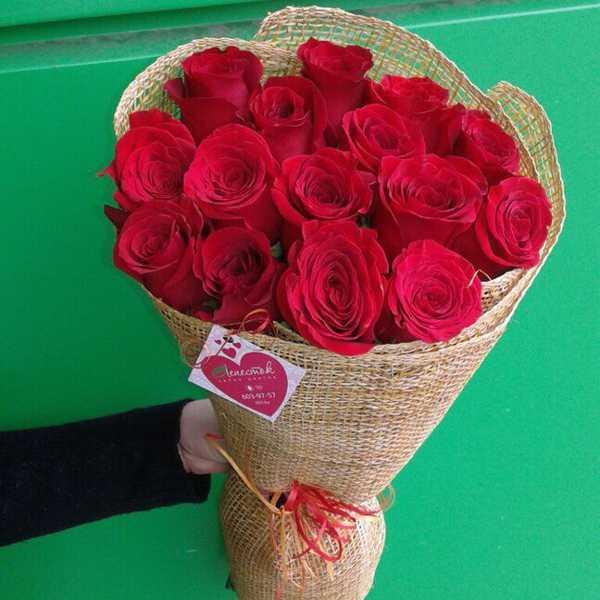 15 красных роз в мешковине