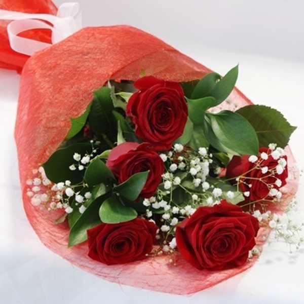 Букет из 5 красных роз и зелени