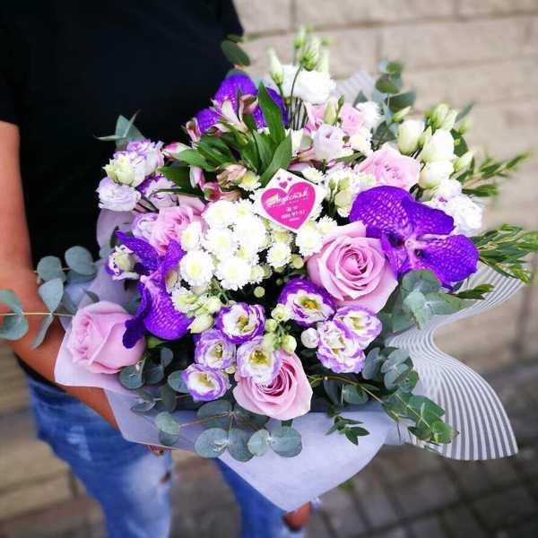 Букет из орхидеи ванды, роз и эустом