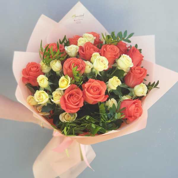 Букет из одноголовых и кустовых роз