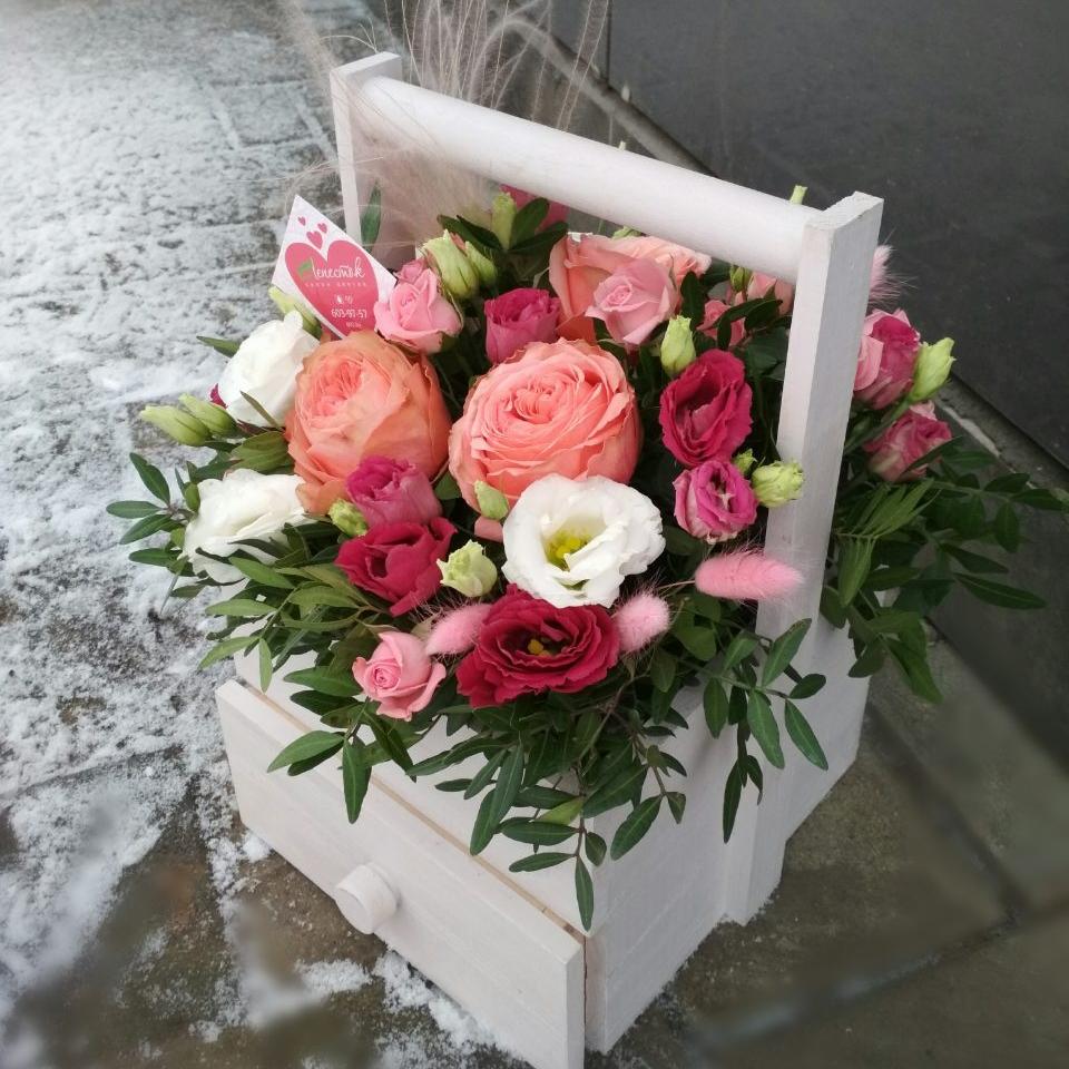 Стильный ящик с экзотическими цветами