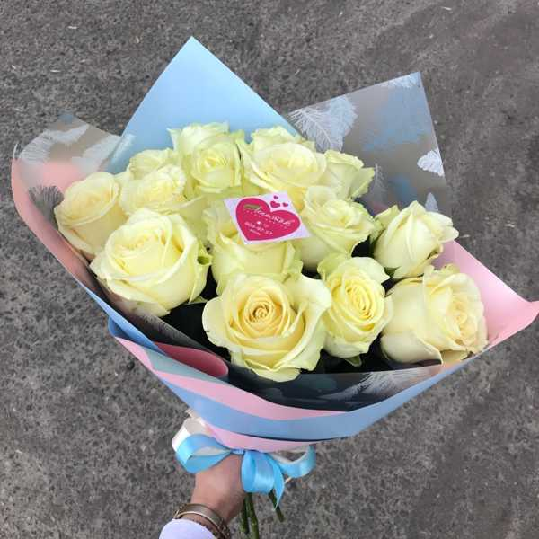 15 белых белорусских роз