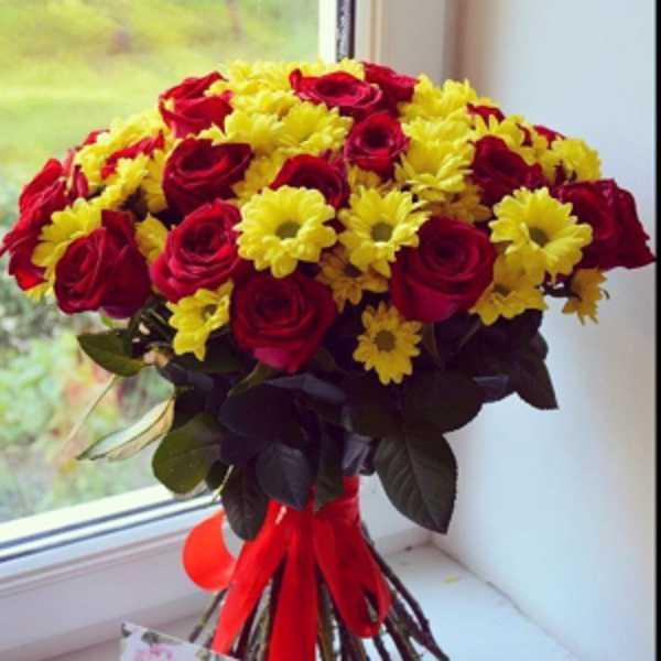 Букет из 21 розы и 7 хризантем