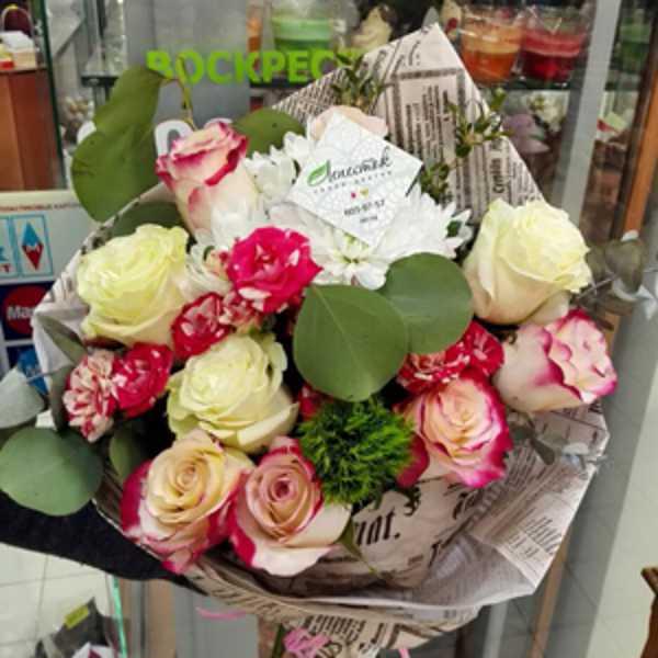 Букет из роз, гвоздик, хризантем и зелени