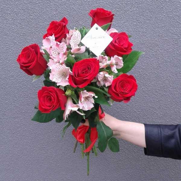 Сборный букет из 7 роз и 4 альстромерий