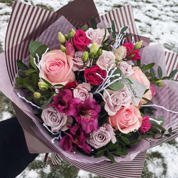 Букет из роз, альстромерий и зелени