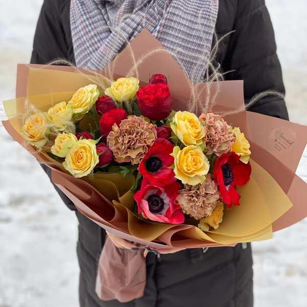 Букет из пионовидных роз Ред Пиано, анемонов и гвоздики Латэ