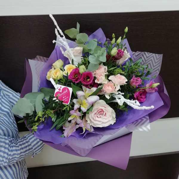 Букет из кустовых роз эустомы и зелени