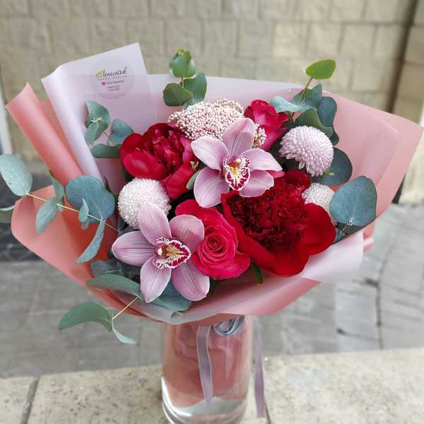 Букет из пионов, хризантем и орхидей