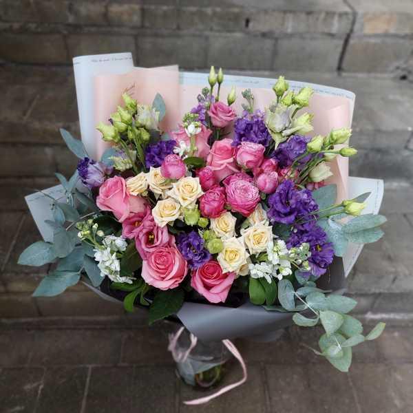 Букет из маттиол, пионовидных роз и эустомы