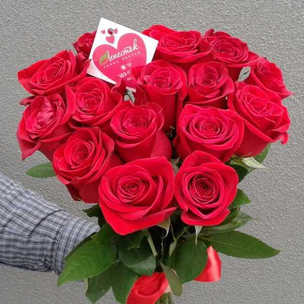 Букет цветов из 15 красных роз с лентой