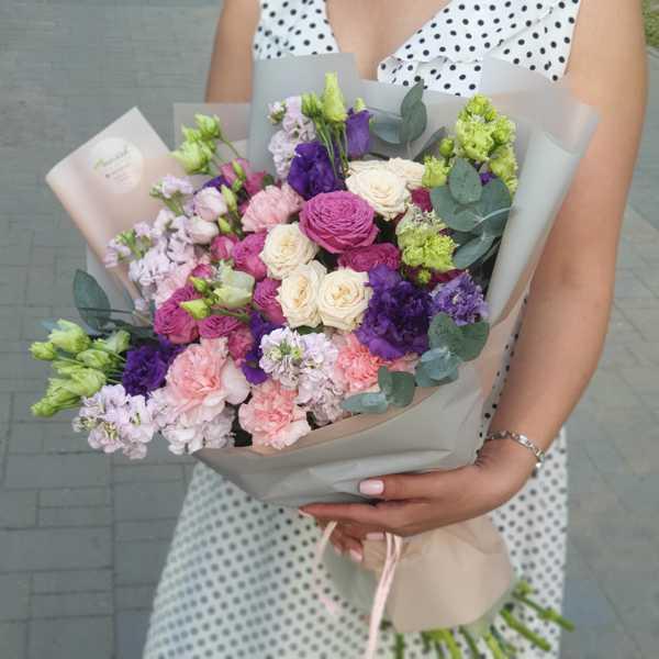 Букет из кустовых роз, маттиол, эустомы и гвоздики